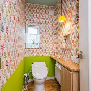 Idee per un piccolo bagno di servizio con pavimento arancione