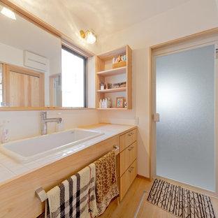 他の地域のアジアンスタイルのおしゃれなトイレ・洗面所 (フラットパネル扉のキャビネット、淡色木目調キャビネット、白い壁、淡色無垢フローリング、ベッセル式洗面器、ベージュの床) の写真