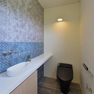 Ejemplo de aseo asiático con armarios con paneles lisos, puertas de armario marrones, paredes multicolor, suelo de madera pintada y suelo gris