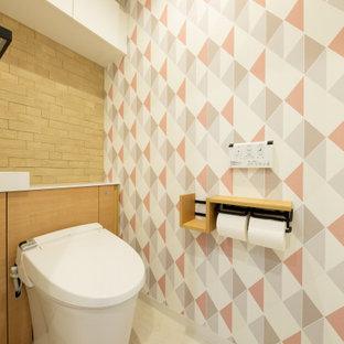 Ispirazione per un piccolo bagno di servizio vittoriano con WC monopezzo, piastrelle beige, piastrelle in gres porcellanato, pareti rosa, pavimento in legno massello medio, lavabo a bacinella e pavimento beige
