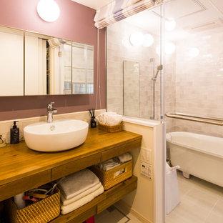 На фото: туалет среднего размера в скандинавском стиле с открытыми фасадами, унитазом-моноблоком, серой плиткой, керамогранитной плиткой, фиолетовыми стенами, полом из керамогранита, настольной раковиной, столешницей из дерева, белым полом и коричневой столешницей с