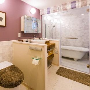 Cette image montre un WC et toilettes nordique de taille moyenne avec un placard sans porte, un WC à poser, un carrelage gris, des carreaux de porcelaine, un mur violet, un sol en carrelage de porcelaine, une vasque, un plan de toilette en bois, un sol blanc et un plan de toilette marron.