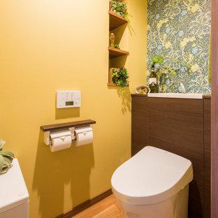 Immagine di un bagno di servizio di medie dimensioni con pareti gialle, pavimento con piastrelle a mosaico e pavimento marrone