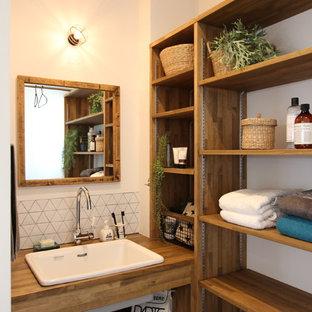 他の地域のラスティックスタイルのおしゃれなトイレ・洗面所 (オープンシェルフ、中間色木目調キャビネット、白い壁、ベッセル式洗面器、木製洗面台、ブラウンの洗面カウンター) の写真