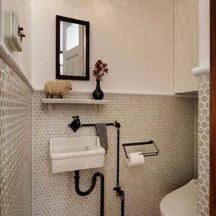 Exemple d\u0027un petit WC et toilettes industriel avec un WC à poser, carrelage