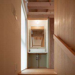 Immagine di un bagno di servizio minimalista con nessun'anta, pistrelle in bianco e nero, piastrelle di vetro, pareti bianche, parquet chiaro, lavabo a consolle e pavimento marrone