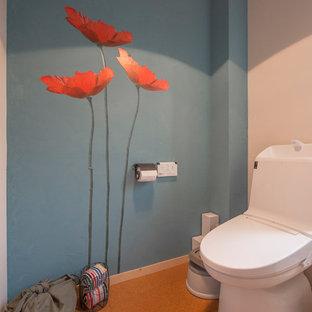 東京都下のコンテンポラリースタイルのおしゃれなトイレ・洗面所 (マルチカラーの壁、茶色い床) の写真