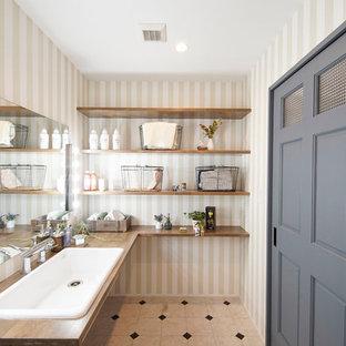 Industrial Gästetoilette mit bunten Wänden, Einbauwaschbecken und buntem Boden in Sonstige