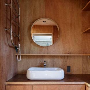 Kleine Moderne Gästetoilette mit Kassettenfronten, braunen Schränken, brauner Wandfarbe, Sperrholzboden, Einbauwaschbecken, Waschtisch aus Holz, braunem Boden, brauner Waschtischplatte, eingebautem Waschtisch, Holzdecke und Holzwänden in Tokio Peripherie