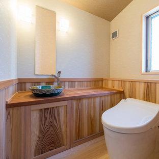 他の地域の中くらいの和風のおしゃれなトイレ・洗面所 (ベージュの壁、淡色無垢フローリング、コンソール型シンク、木製洗面台、ベージュの床、ブラウンの洗面カウンター) の写真