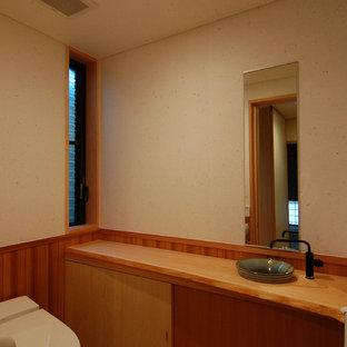 Imagen de aseo asiático con paredes blancas, suelo de mármol, encimera de madera y suelo blanco