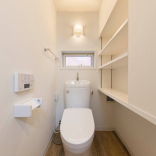 東京23区の中くらいの北欧スタイルのおしゃれなトイレ・洗面所 (インセット扉のキャビネット、白いキャビネット、一体型トイレ、マルチカラーのタイル、モザイクタイル、紫の壁、淡色無垢フローリング、アンダーカウンター洗面器、人工大理石カウンター、ベージュの床、白い洗面カウンター、造り付け洗面台、クロスの天井、レンガ壁) の写真