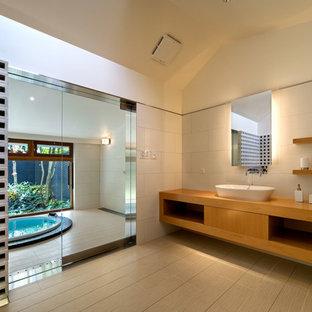 和風のおしゃれなトイレ・洗面所 (オープンシェルフ、中間色木目調キャビネット、ベージュの壁、木製洗面台、ベージュの床、ブラウンの洗面カウンター) の写真