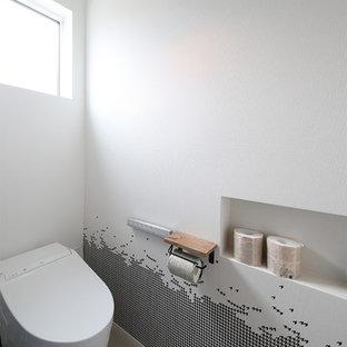 他の地域のインダストリアルスタイルのおしゃれなトイレ・洗面所 (白い壁、コンクリートの床、グレーの床) の写真