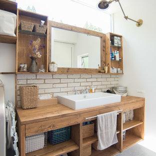 Свежая идея для дизайна: туалет среднего размера в стиле шебби-шик с белыми стенами, полом из керамогранита и серым полом - отличное фото интерьера