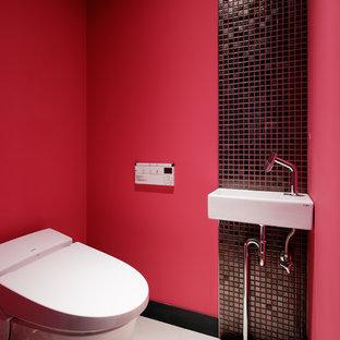 東京23区のモダンスタイルのおしゃれなトイレ・洗面所 (赤い壁、コンソール型シンク、茶色いタイル、モザイクタイル、磁器タイルの床、ベージュの床、白い洗面カウンター、一体型トイレ) の写真