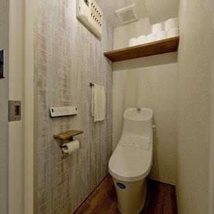 大阪のミッドセンチュリースタイルのおしゃれなトイレ・洗面所 (一体型トイレ、無垢フローリング、茶色い床) の写真