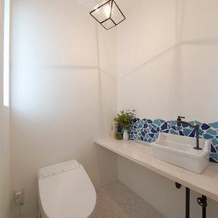 他の地域のモダンスタイルのおしゃれなトイレ・洗面所 (白い壁、ベッセル式洗面器、白い床) の写真