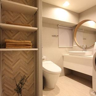 大阪のモダンスタイルのおしゃれなトイレ・洗面所 (オープンシェルフ、グレーの壁、淡色無垢フローリング、ベージュの床) の写真
