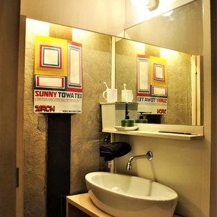 他の地域の小さいミッドセンチュリースタイルのおしゃれなトイレ・洗面所 (オープンシェルフ、淡色木目調キャビネット、白い壁、濃色無垢フローリング、木製洗面台、茶色い床、ベージュのカウンター、ベッセル式洗面器) の写真