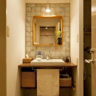 東京23区のエクレクティックスタイルのおしゃれなトイレ・洗面所 (オープンシェルフ、茶色いキャビネット、白い壁、ベッセル式洗面器、木製洗面台、グレーの床、ブラウンの洗面カウンター) の写真
