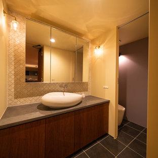 他の地域のミッドセンチュリースタイルのおしゃれなトイレ・洗面所 (濃色木目調キャビネット、一体型トイレ、白いタイル、ベージュの壁、モザイクタイル、コンソール型シンク、グレーの床、グレーの洗面カウンター) の写真