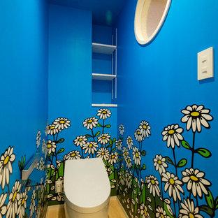 福岡の北欧スタイルのおしゃれなトイレ・洗面所 (青い壁、淡色無垢フローリング、ベージュの床) の写真
