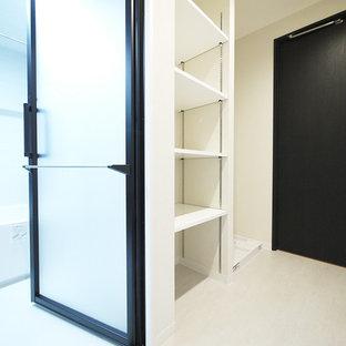 他の地域のラスティックスタイルのおしゃれなトイレ・洗面所 (白いキャビネット、グレーのタイル、白い壁、セラミックタイルの床、白い床) の写真