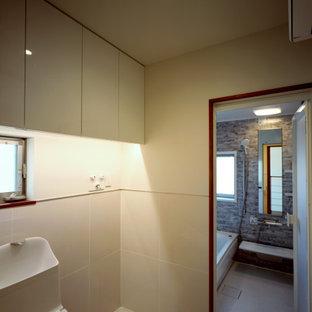 Cette image montre un WC et toilettes minimaliste avec un WC à poser, un carrelage blanc, des carreaux de céramique, un mur blanc, un sol en carreaux de ciment, un sol blanc, un plafond en lambris de bois et du lambris de bois.