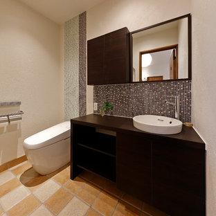 他の地域のモダンスタイルのおしゃれなトイレ・洗面所 (白い壁、ベッセル式洗面器、マルチカラーの床) の写真