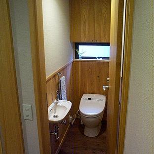 東京23区の中くらいのモダンスタイルのおしゃれなトイレ・洗面所 (一体型トイレ、グレーの壁、濃色無垢フローリング、茶色い床、独立型洗面台、クロスの天井、板張り壁) の写真