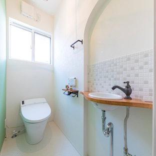 他の地域のカントリー風おしゃれなトイレ・洗面所 (マルチカラーの壁、白い床) の写真