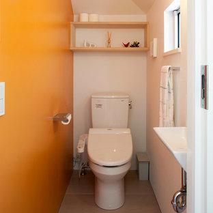 Foto de aseo minimalista, de tamaño medio, con armarios con rebordes decorativos, puertas de armario de madera clara, sanitario de una pieza, parades naranjas, suelo de contrachapado, lavabo bajoencimera, suelo beige y encimeras blancas