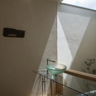 福岡のモダンスタイルのおしゃれなトイレ・洗面所 (グレーの壁、無垢フローリング、コンソール型シンク、茶色い床) の写真