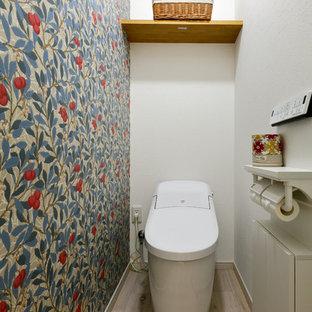 他の地域の北欧スタイルのおしゃれなトイレ・洗面所 (マルチカラーの壁、塗装フローリング、白い床) の写真