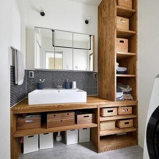 東京23区のモダンスタイルのおしゃれなトイレ・洗面所 (オープンシェルフ、白い壁、コンクリートの床、ベッセル式洗面器、木製洗面台、グレーの床、ブラウンの洗面カウンター) の写真