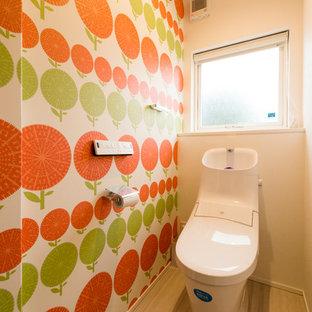 На фото: туалеты в стиле модернизм с разноцветными стенами, деревянным полом и бежевым полом