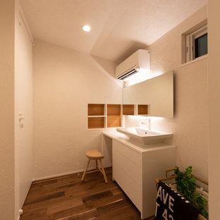 他の地域のモダンスタイルのおしゃれなトイレ・洗面所 (インセット扉のキャビネット、白いキャビネット、白い壁、濃色無垢フローリング、ベッセル式洗面器、木製洗面台、茶色い床、白い洗面カウンター) の写真