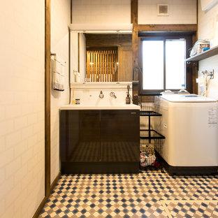 Foto de aseo de estilo zen con armarios con paneles lisos, puertas de armario negras, paredes blancas, lavabo integrado y suelo multicolor