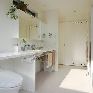 他の地域のモダンスタイルのおしゃれなトイレ・洗面所 (オープンシェルフ、白い壁、一体型シンク、ベージュの床、白い洗面カウンター) の写真