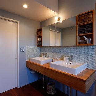 他の地域のラスティックスタイルのおしゃれなトイレ・洗面所 (オープンシェルフ、濃色木目調キャビネット、青いタイル、モザイクタイル、グレーの壁、濃色無垢フローリング、ベッセル式洗面器、木製洗面台、茶色い床、ブラウンの洗面カウンター、造り付け洗面台) の写真