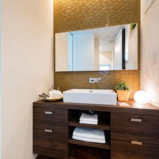 Идея дизайна: туалет в восточном стиле с плоскими фасадами, темными деревянными фасадами, белыми стенами, деревянным полом, настольной раковиной, столешницей из дерева, коричневым полом и коричневой столешницей