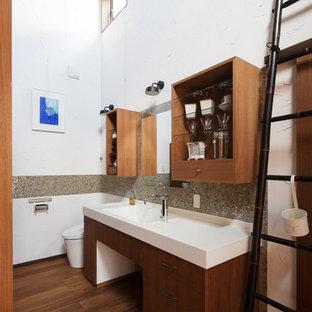 他の地域のアジアンスタイルのおしゃれなトイレ・洗面所 (白い壁、濃色無垢フローリング、茶色い床) の写真