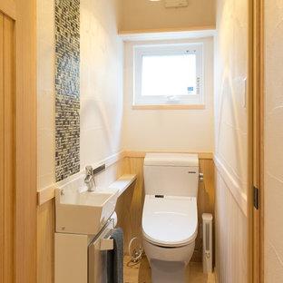 他の地域の和風のおしゃれなトイレ・洗面所 (フラットパネル扉のキャビネット、マルチカラーの壁、ベージュの床) の写真