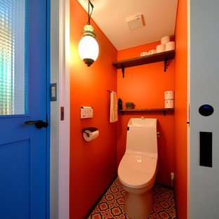 他の地域の北欧スタイルのおしゃれなトイレ・洗面所 (オープンシェルフ、オレンジの壁、マルチカラーの床) の写真