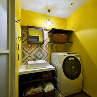 他の地域の北欧スタイルのおしゃれなトイレ・洗面所 (オープンシェルフ、黄色い壁、ベッセル式洗面器、グレーの床) の写真