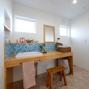 他の地域の北欧スタイルのおしゃれなトイレ・洗面所 (白い壁、オーバーカウンターシンク、茶色い床) の写真