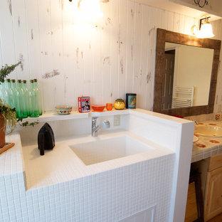 Идея дизайна: туалет в викторианском стиле с коричневыми фасадами, светлым паркетным полом, врезной раковиной, столешницей из плитки и коричневым полом
