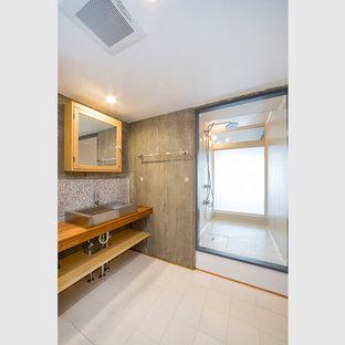 На фото: туалет среднего размера в стиле модернизм с открытыми фасадами, серыми фасадами, раздельным унитазом, разноцветной плиткой, керамогранитной плиткой, серыми стенами, полом из керамогранита, настольной раковиной, столешницей из нержавеющей стали, белым полом, коричневой столешницей, встроенной тумбой и потолком с обоями с