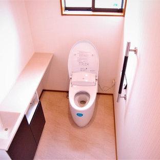 Foto di un grande bagno di servizio etnico con ante marroni, WC monopezzo, pareti bianche, top in superficie solida e pavimento beige
